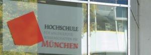 Hochschule München Logo Eingang