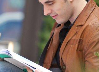 brand_sde_detail_ISM-Dortmund_MBA-Programm_Student-lesend