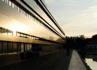 brand_sde_detail_MBA_HNU_Neu-Ulm-Campus_Seeseite_abends
