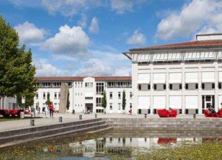 Hochschule Landshut Campus mit See