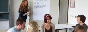 MBA Studenten am Flipchart Hochschule Landshut