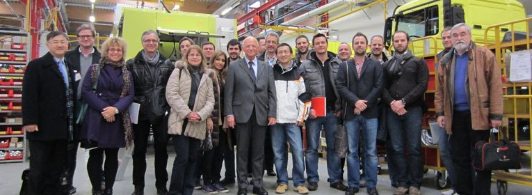Professional MBA Automotive Industry Studenten zu Besuch in einer Autofabrik