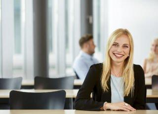 SZ-Bildungsmarkt Studentin blond im Seminar