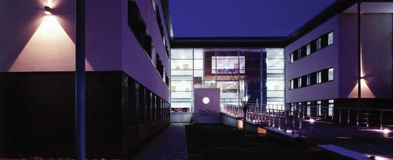 Open University Michael Young Building bei Nacht