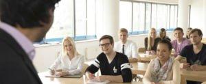 HS Fresenius Studenten im Seminarraum