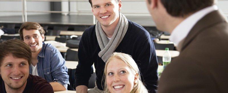 HS Fresenius Studenten mit Dozent