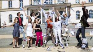 SZ-Bildungsmarkt MIKOMI Studenten feiern