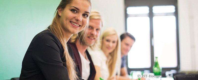 MBA IST-Hochschule Gruppe im Seminar