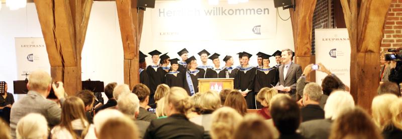 Absolvent auf dem Podium an der TH Nürnberg